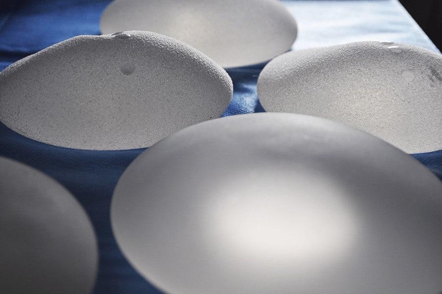 Cinco implantes de pecho de silicona
